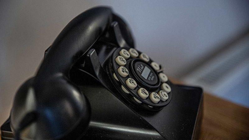 Foto de un teléfono antiguo con disco de marcar